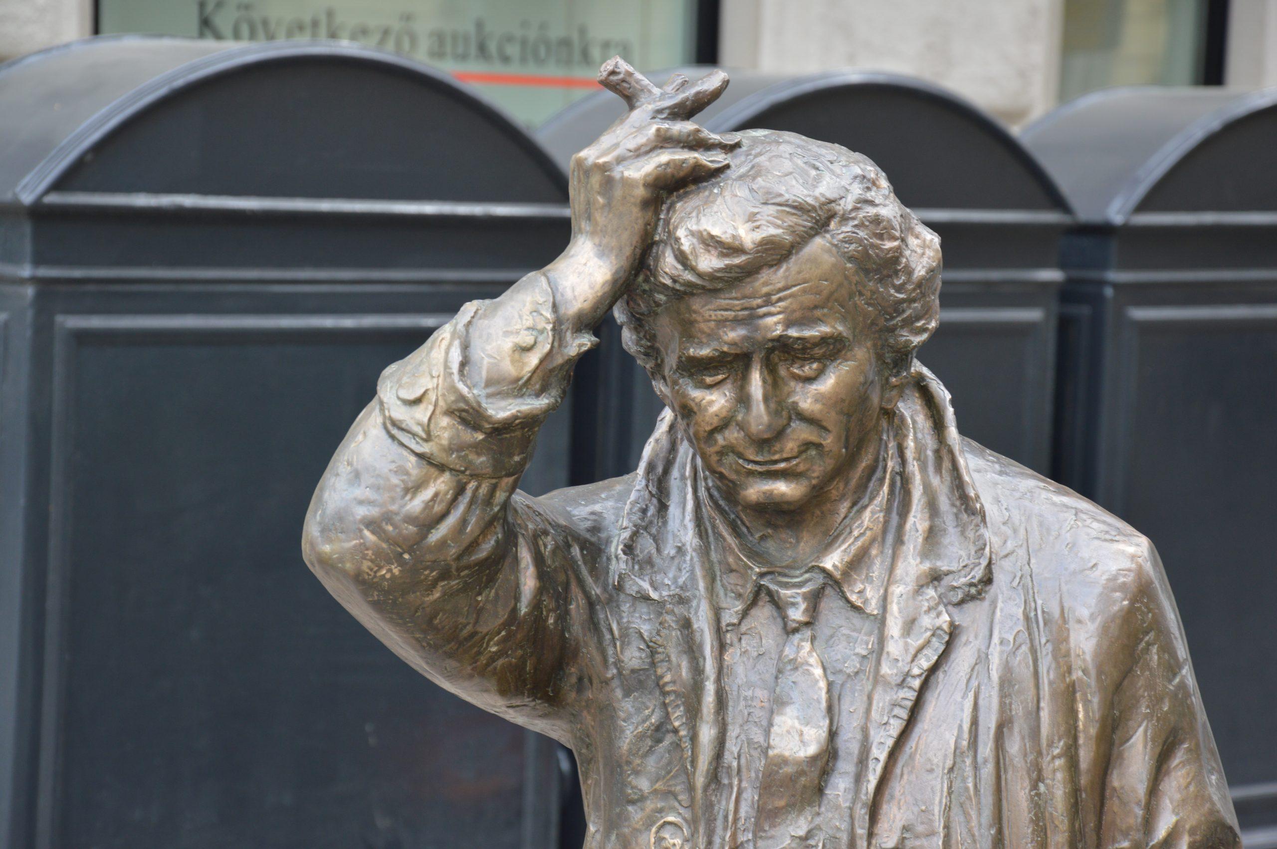 Detail of Géza Dezső Fekete's statue of Columbo on Falk Miksa utca