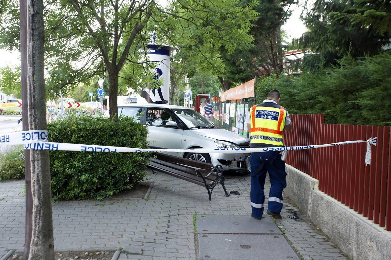 Padon ülõ nõt és gyerekeit gázolta el egy autós Budapesten