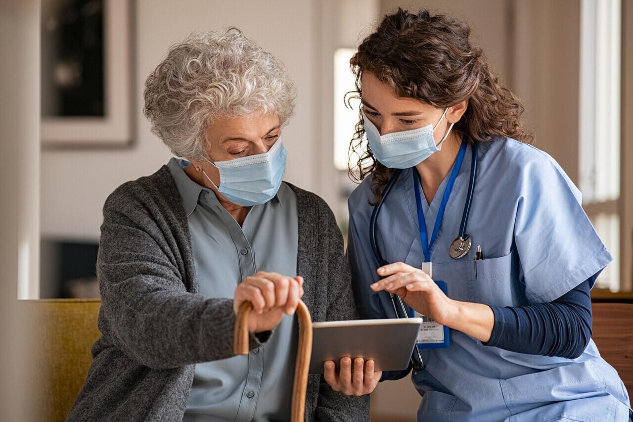 orvos-beteg-kórház-idős-nő
