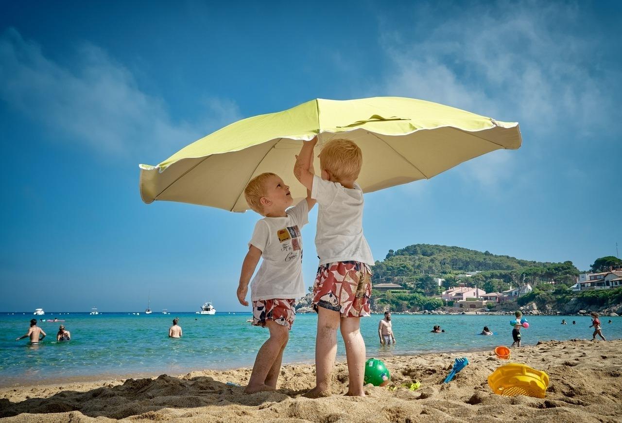 strand_kisgyerek_napernyő