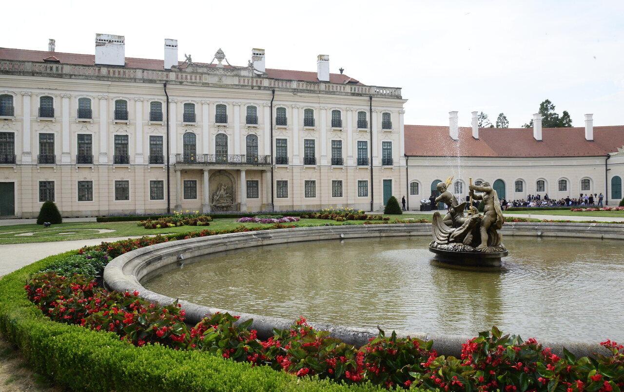 Átadták a fertõdi Esterházy-kastély csaknem kétmilliárd f