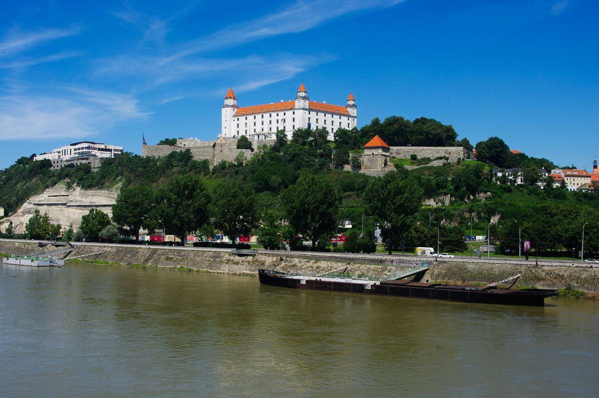 A pozsonyi vár a Dunával az előtérben