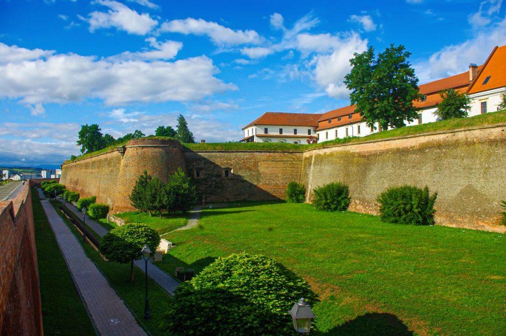 Az egykori román kaszárnya felújított része Gyulafehérváron