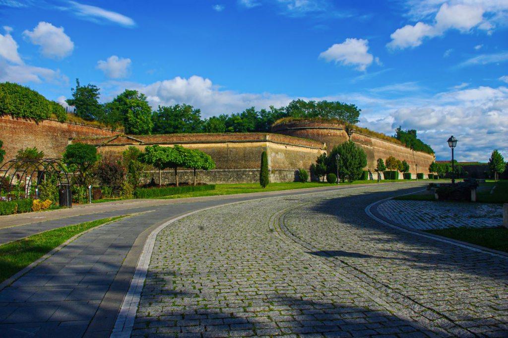 Sétány a gyulafehérvári falak közt