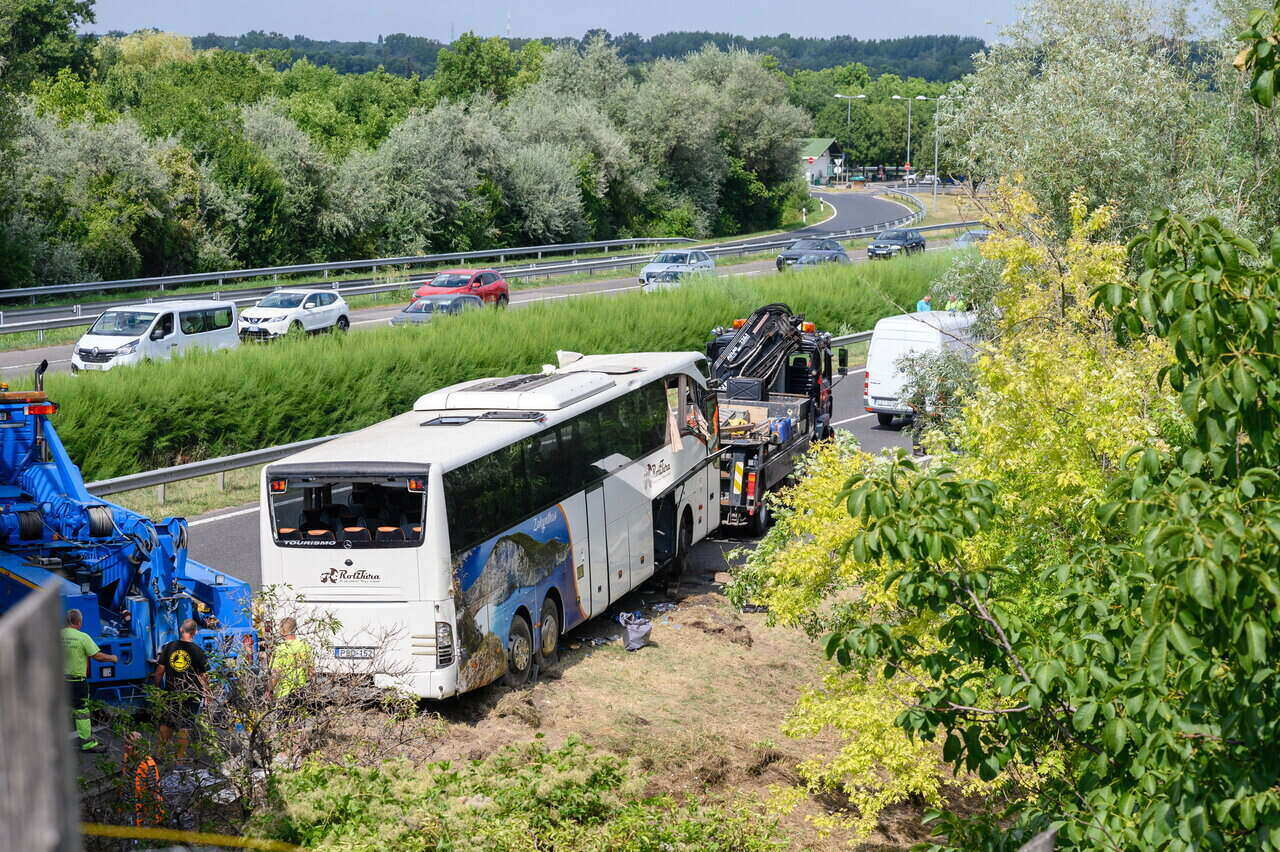Buszbaleset az M7-esen - Nyolcan meghaltak, nyolcan sérültek meg