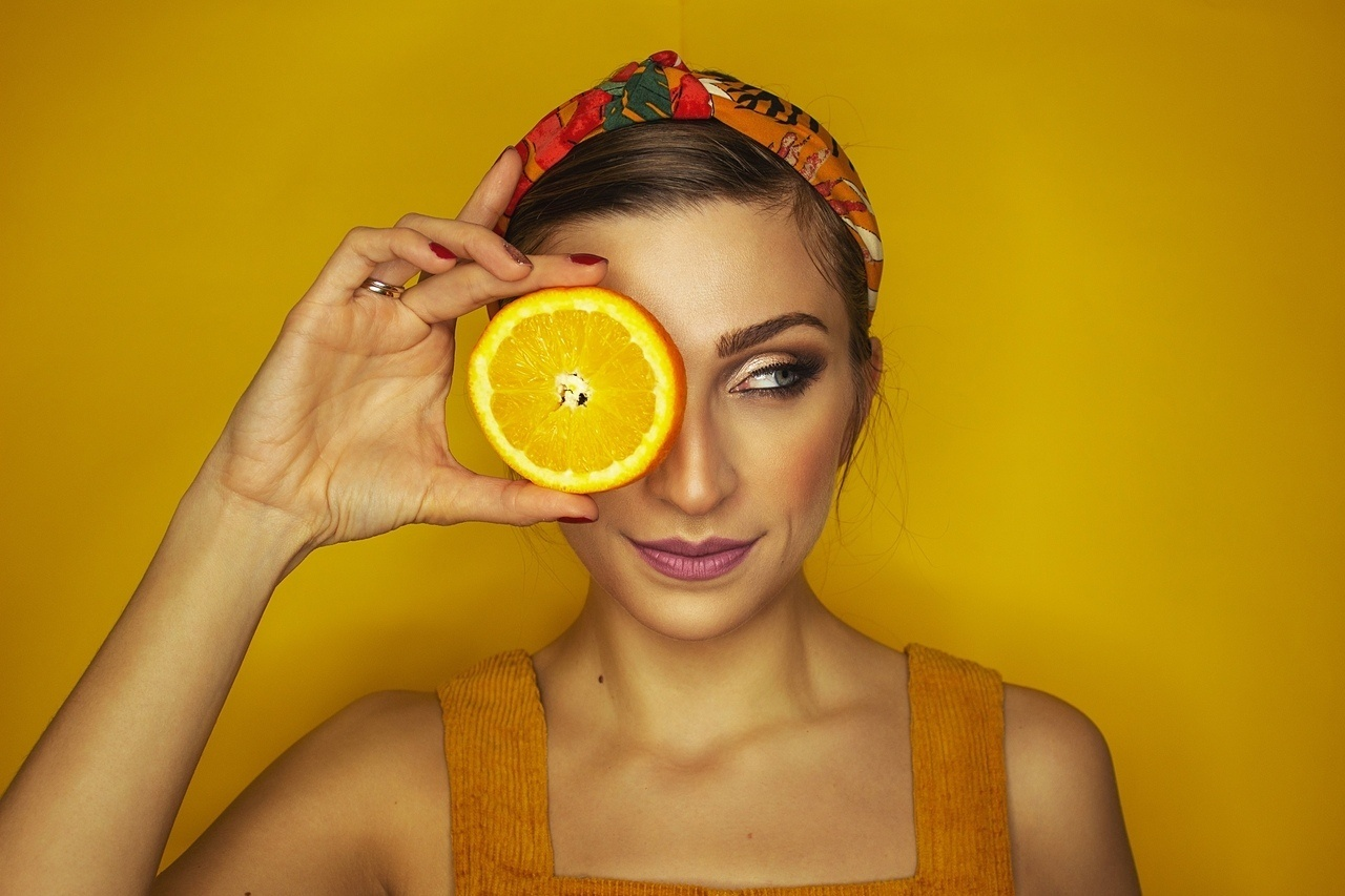 narancs-C-vitamin_fiatal nő