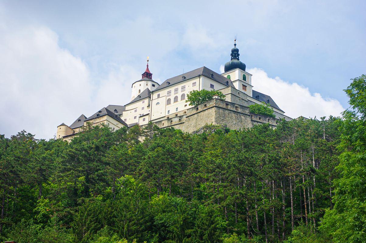 A fraknói vár látképe a településről
