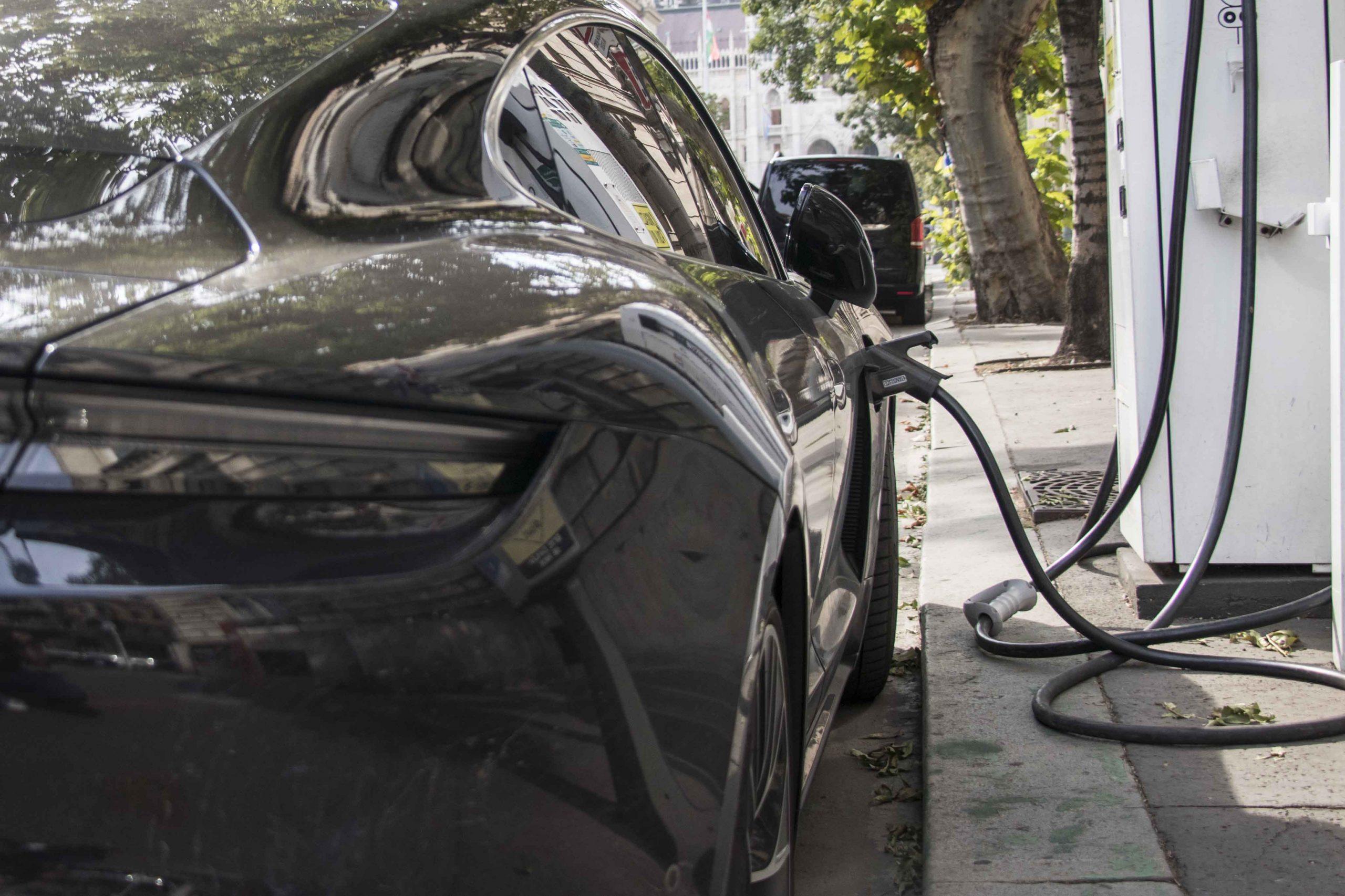 töltés elektromos autó