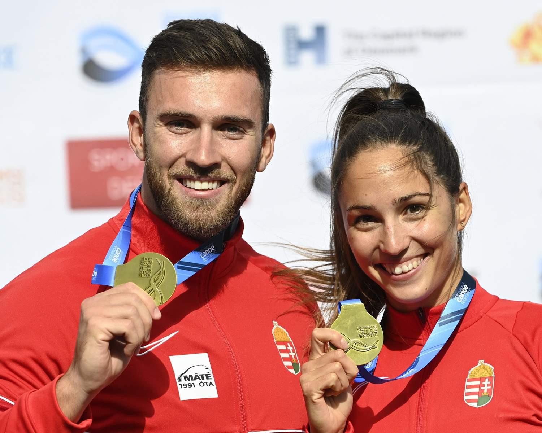 A aranyérmes Lucz Anna és Csizmadia Kolos a kajak-kenu világbajnokság kajak kettesek vegyespáros 200 méteres versenyének döntője utáni eredményhirdetésen
