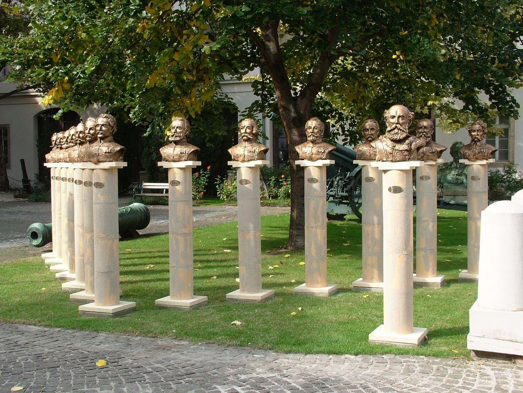 Az aradi 13 szoborcsoportja A Hadtörténeti Múzeumban